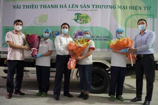 Phó chủ tịch tỉnh Hải Dương Trần Văn Quân (giữa) và Phó Cục trưởng Cục XTTM ông Hoàng Minh Chiến (ngoài cùng, bên phải) chúc mừng Công ty Rồng Đỏ đưa sản phẩm vải thiều Thanh Hà lên sàn Lazada